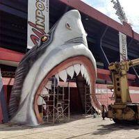 Meksyk: Wejście na stadion przez paszczę rekina