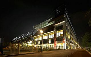 Kraków: Za pustą trybunę zasypali stadion flarami