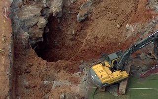 USA: Wielki lej powstał przy narożniku boiska
