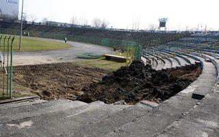 Olsztyn: Wkrótce montaż jupiterów, ryją dziury w trybunach
