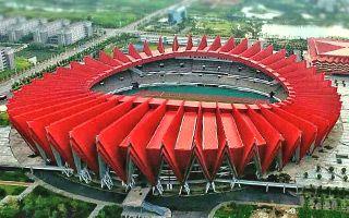 Nowe stadiony: Żuraw, kwiat i długi rękaw