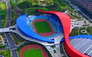 Nowy stadion: Czerwono-niebieskie wstęgi ze wschodnich Chin