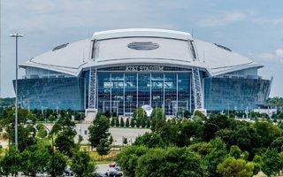 Teksas: Stadion za miliardy, a słońce razi zawodników