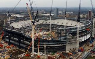 Londyn: Tottenham układa elewację stadionu