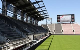 USA: Kolejne kluby instalują miejsca stojące zamiast krzesełek