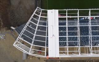 Płock: Rozpoczęto montaż poszycia dachowego